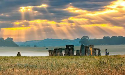 Alba dentro il cerchio di Stonehenge