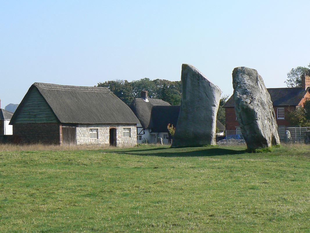 Una costruzione dal tipico tetto in paglia tra le antiche pietre