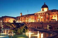Una suggestiva immagine di Trafalgar Square al tramonto