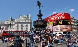 La fontana di Piccadilly Circus, sotto la statua di Eros, è sempre presidiata da turisti in sosta © Chameleonseye